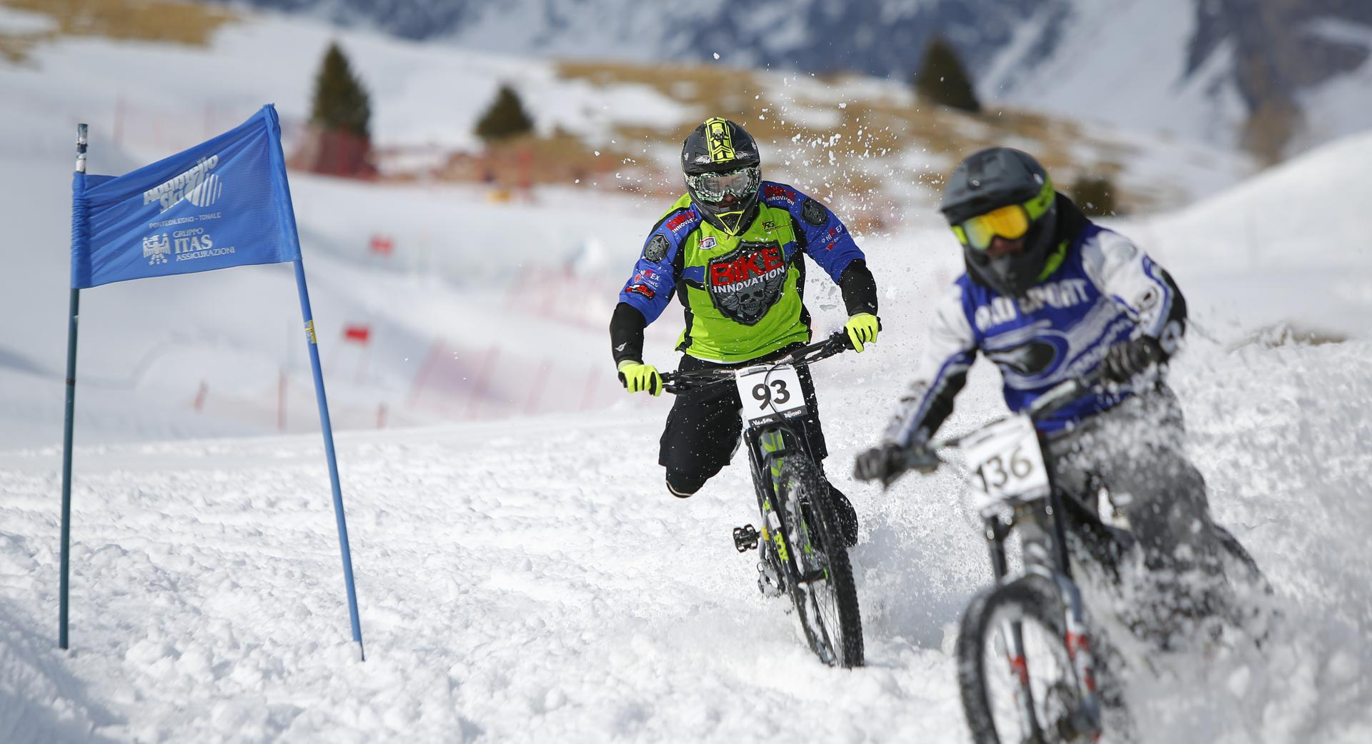 Sfida ad alta velocità a La Winter DH 2020 con le porte da slalom gigante a delimitare il percorso (Credits: Photo Team)